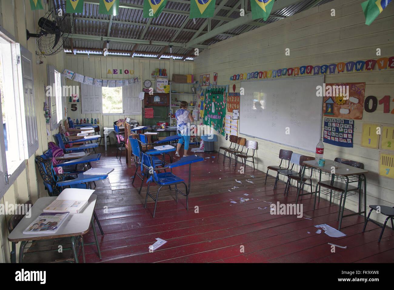 Sala de aula de Ensino Fundamental em escola flutuante - Stock Image
