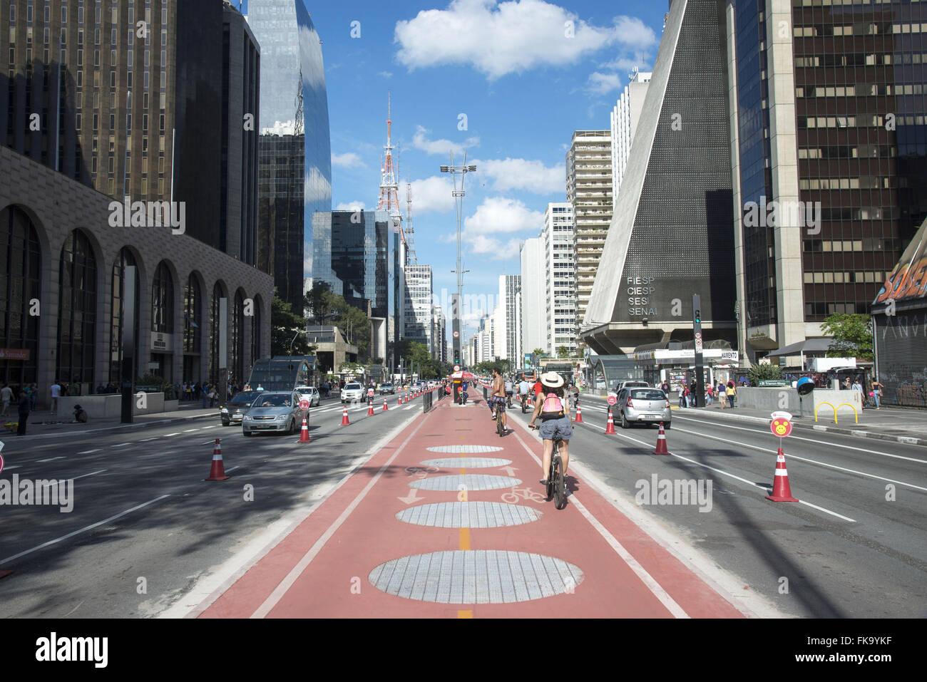 Ciclovia da Avenida Paulista num domingo ensolarado - Stock Image