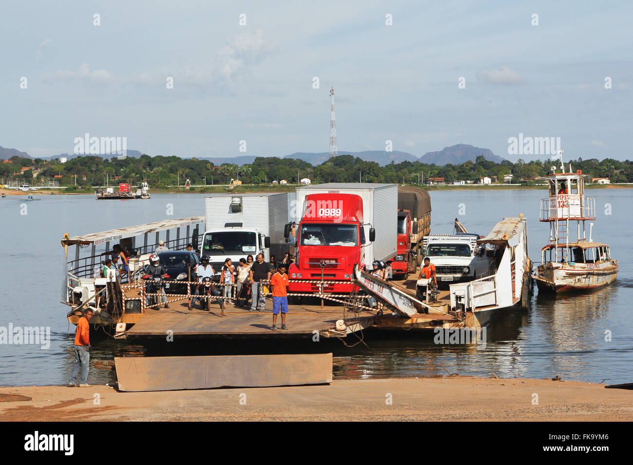 Docking the ferry is crossing to the municipality and Philadelphia-TO by the Tocantins River - Stock Image