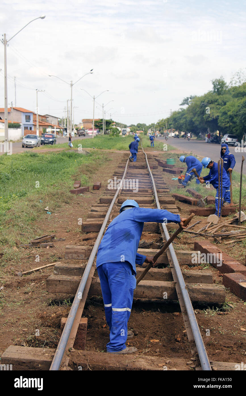 Operatives working in the maintenance of the railroad tracks Transnordestina - Stock Image