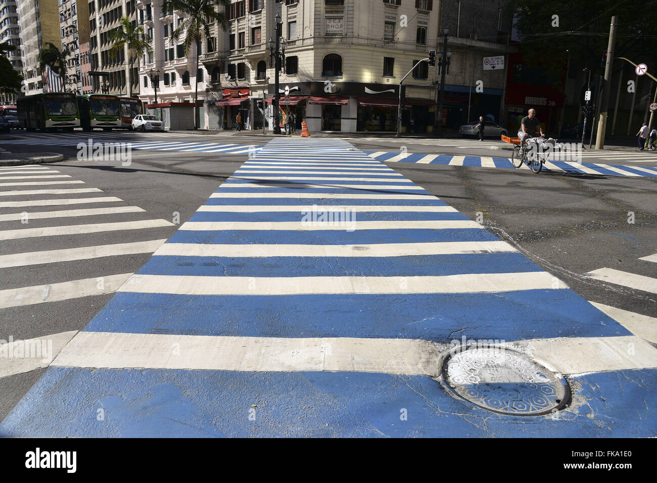 Pedestrian crossing diagonally at the intersection of Ipiranga and São João avenues - Stock Image
