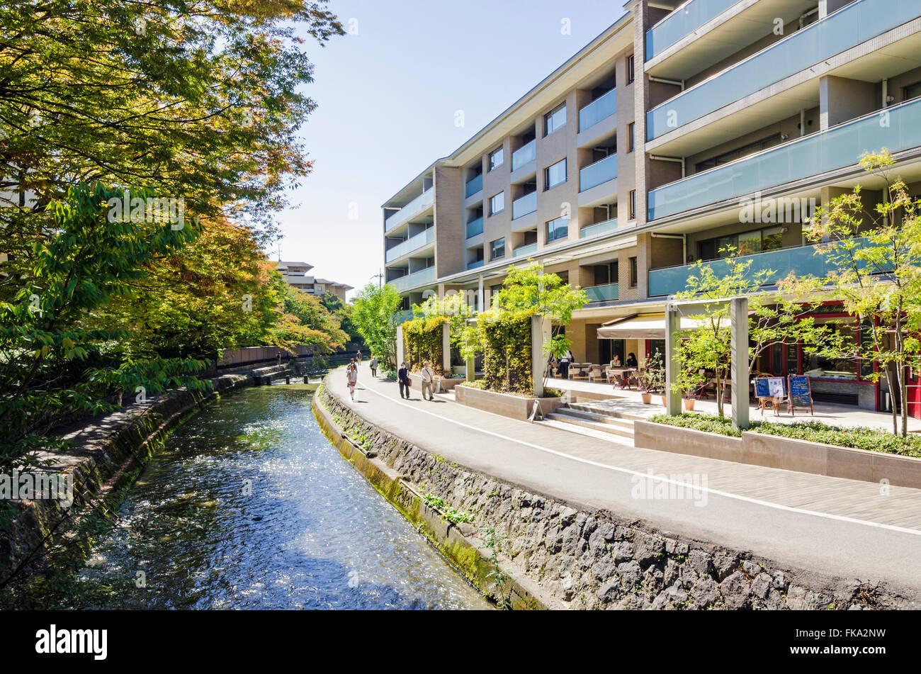 Modern building along the inner city bank of the Shirakawa River near Niomon Dori road, Kyoto, Japan - Stock Image