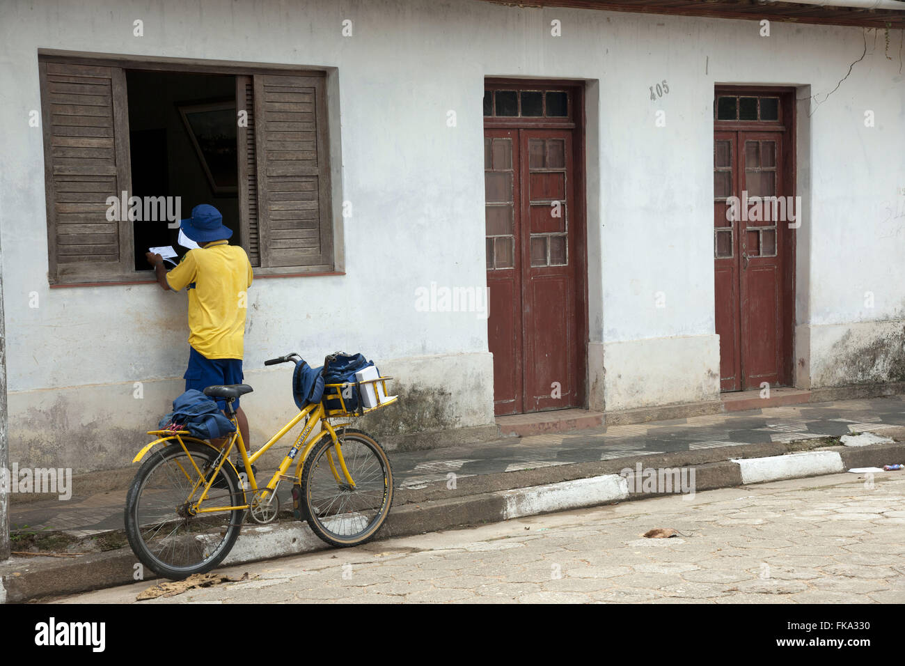 Postman delivering correspondence residence in the city of Sete Barras - Ribeira Valley - Stock Image