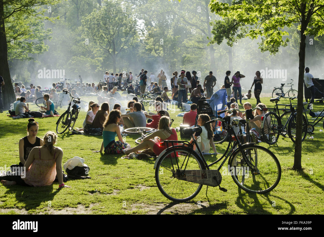 Population in the Vondelpark on a hot day - southern city - Stock Image