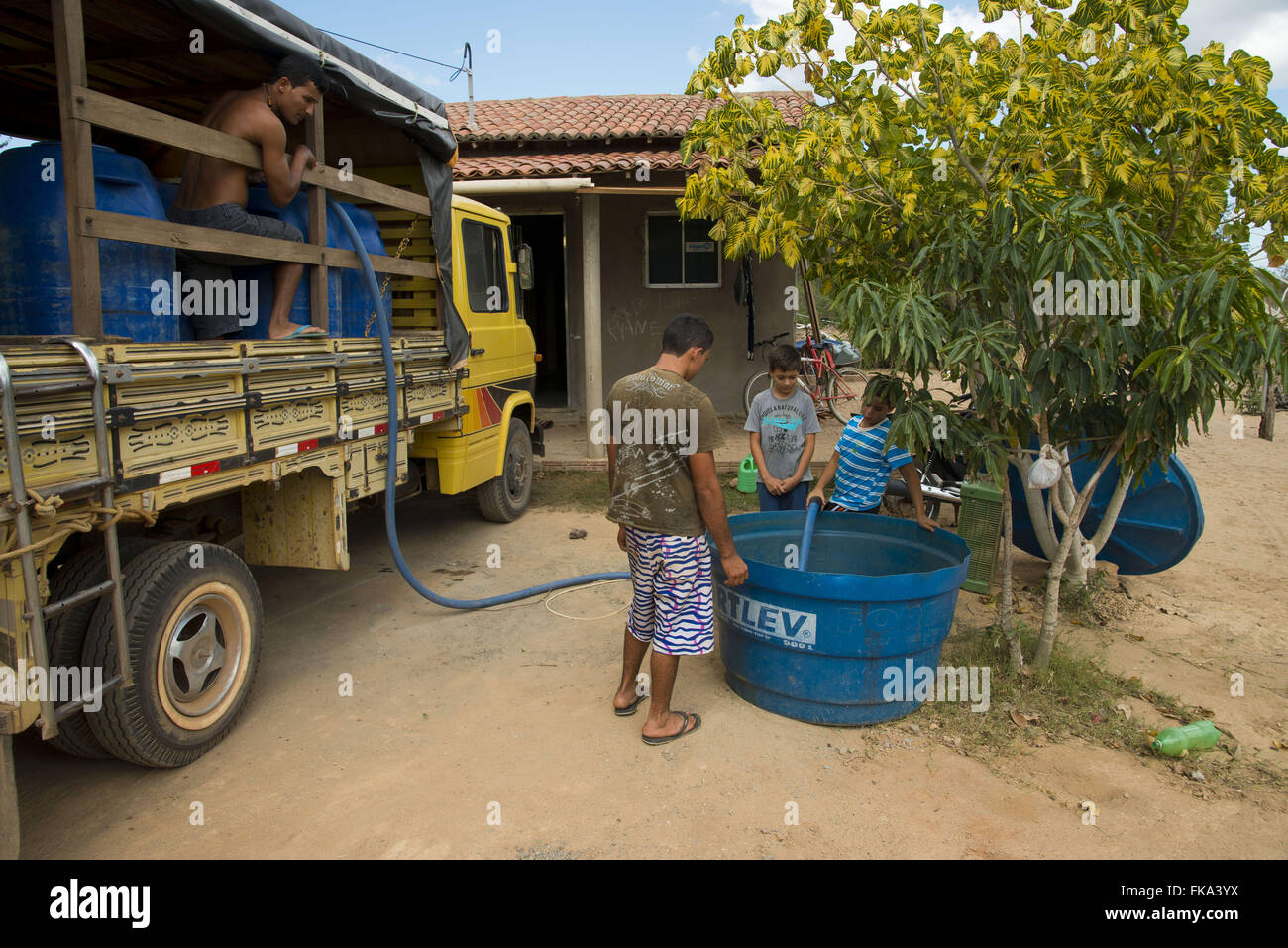 Indian Ethnicity Kapinawá in the village of Maulden receiving water truck - Stock Image