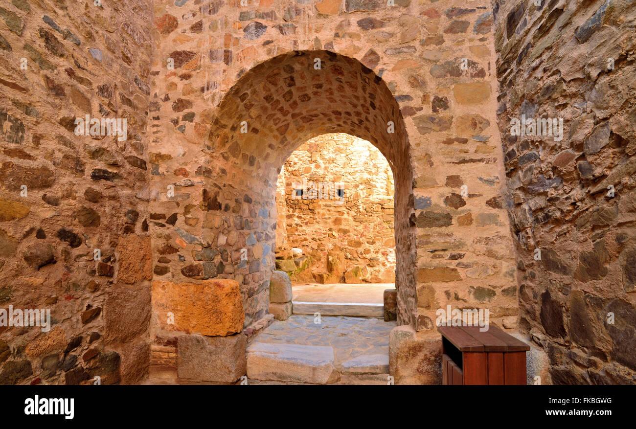 Portugal, Alentejo: Medieval doorway of Mértola castle - Stock Image