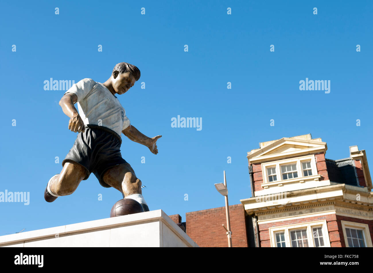 Duncan Edwards statue, Dudley town centre, West Midlands, England, UK - Stock Image