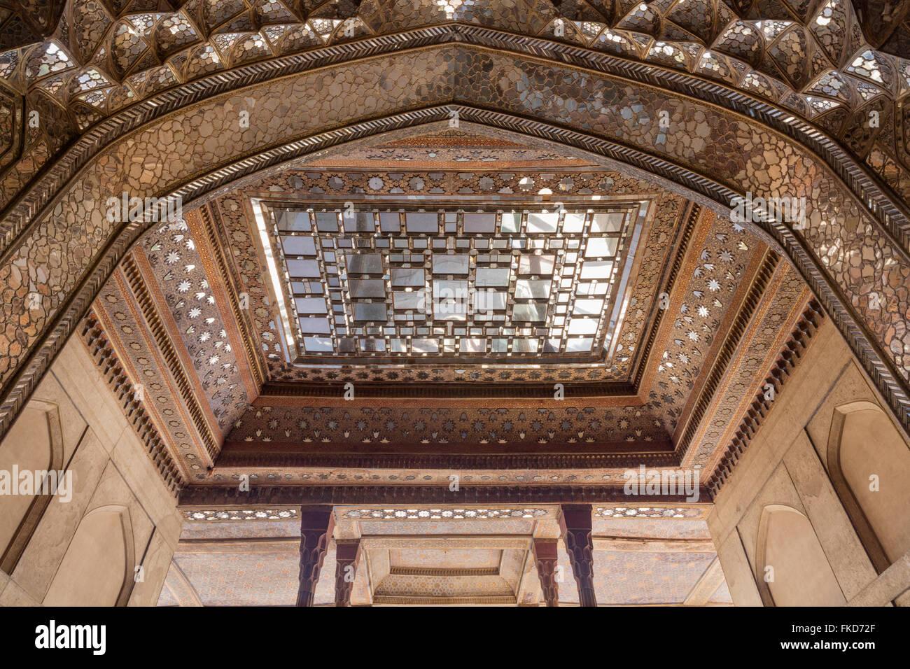 Detail of roof of talar and Safavid mirror work at the 17th Century Chehel Sotun pavilion, Isfahan, Iran - Stock Image