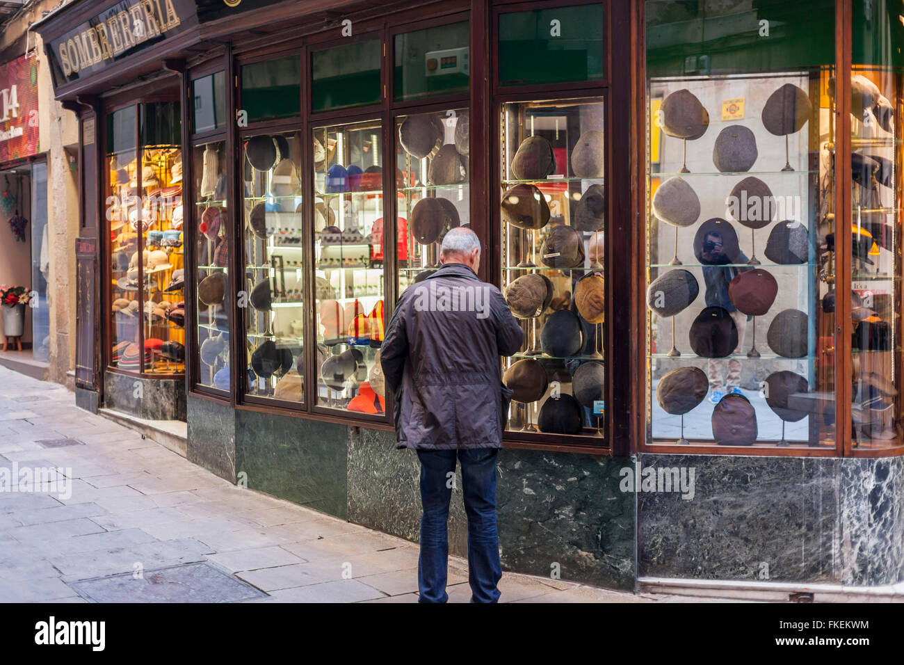 Man and hat shop, Barri Gotic, Barcelona. - Stock Image