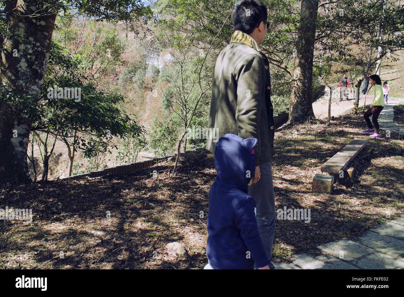 Father and daughter walking hand in hand - Stock Image