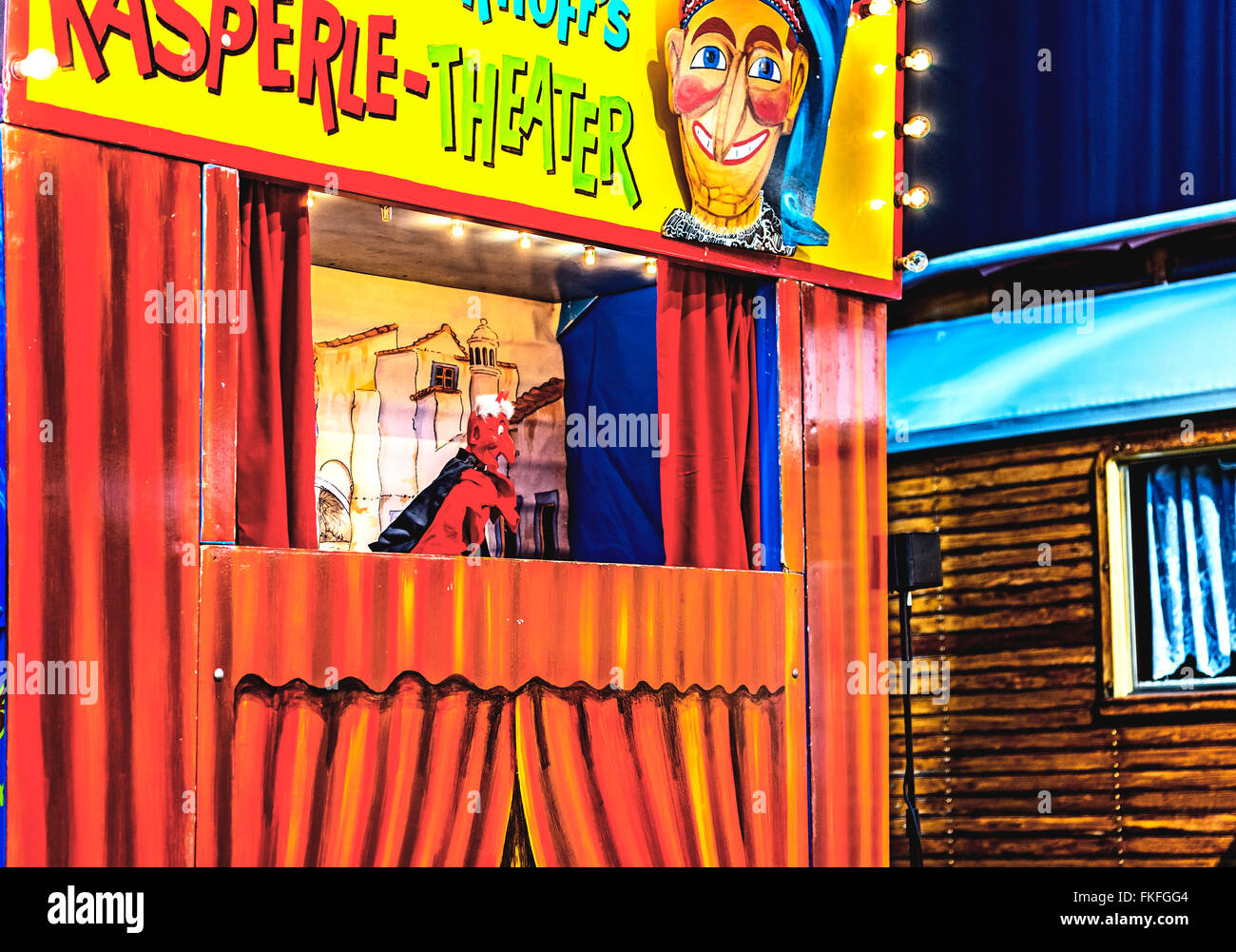 kasperletheater auf historischem Jahrmarkt; punch and judy show at a historical funfair - Stock Image