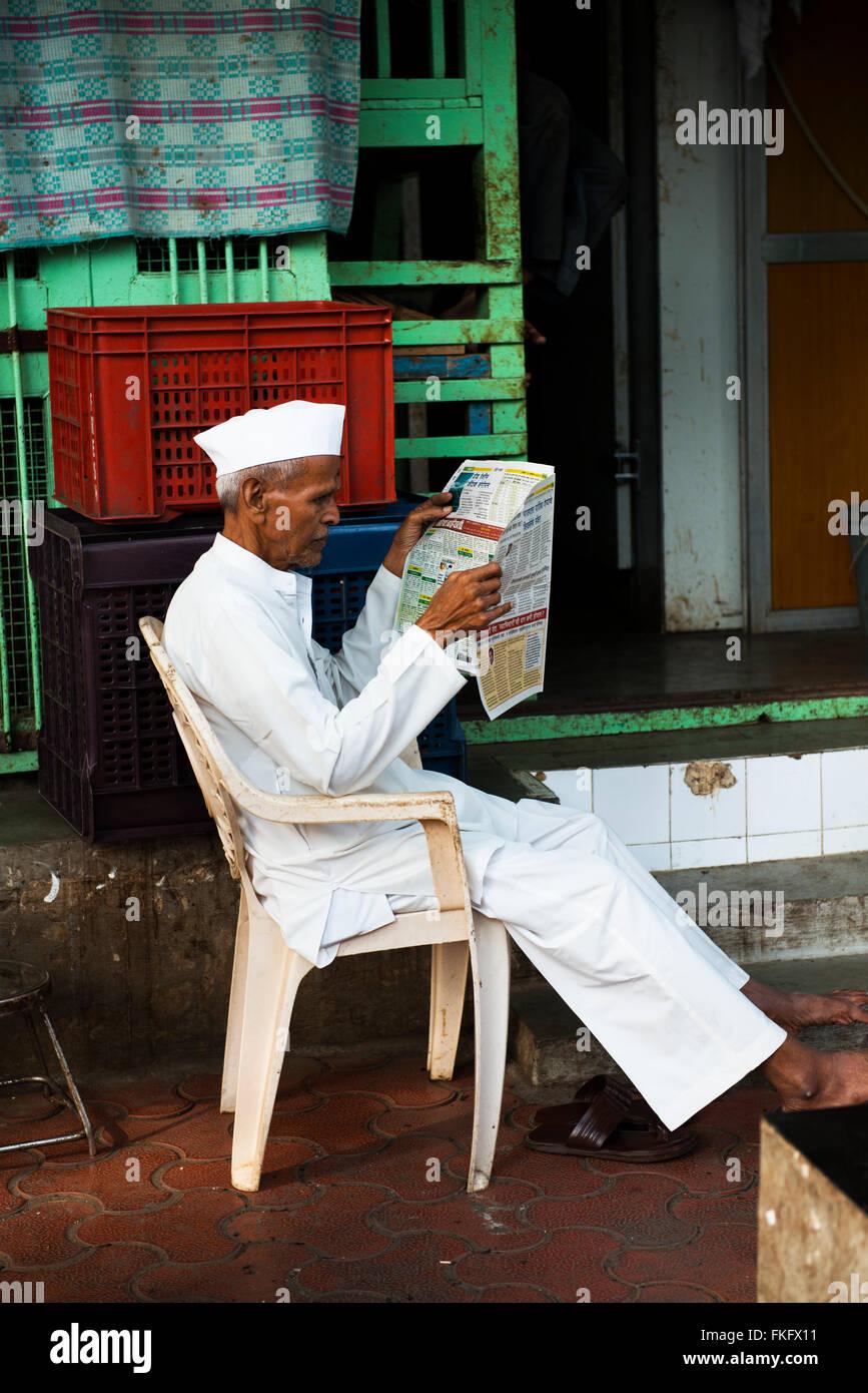 A Marathi man reading the morning paper in Dadar, Mumbai. - Stock Image