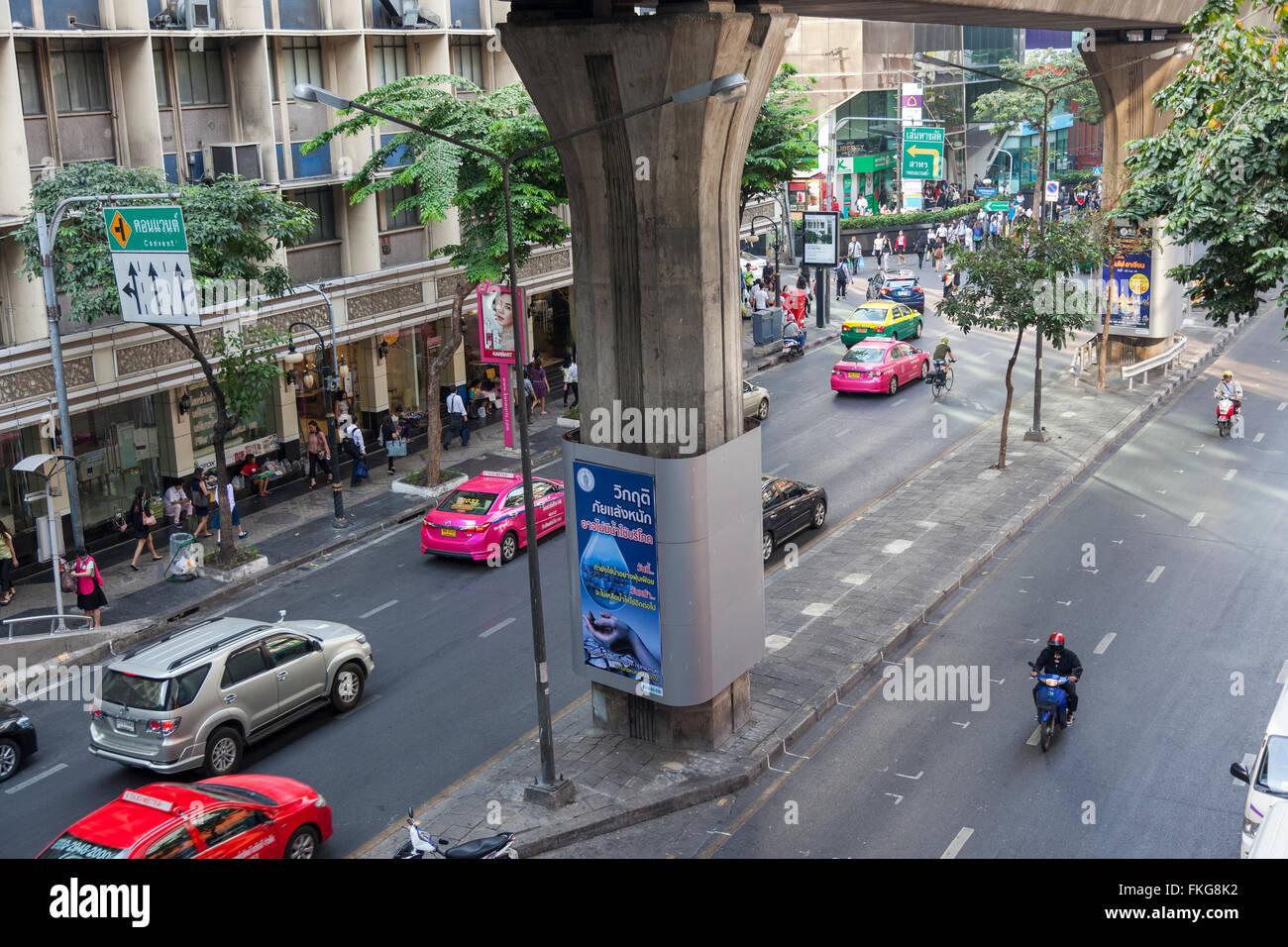 The Sala Daeng street (Bangkok) on weekdays with its usual traffic. La rue Sala Daeng en semaine avec son trafic - Stock Image