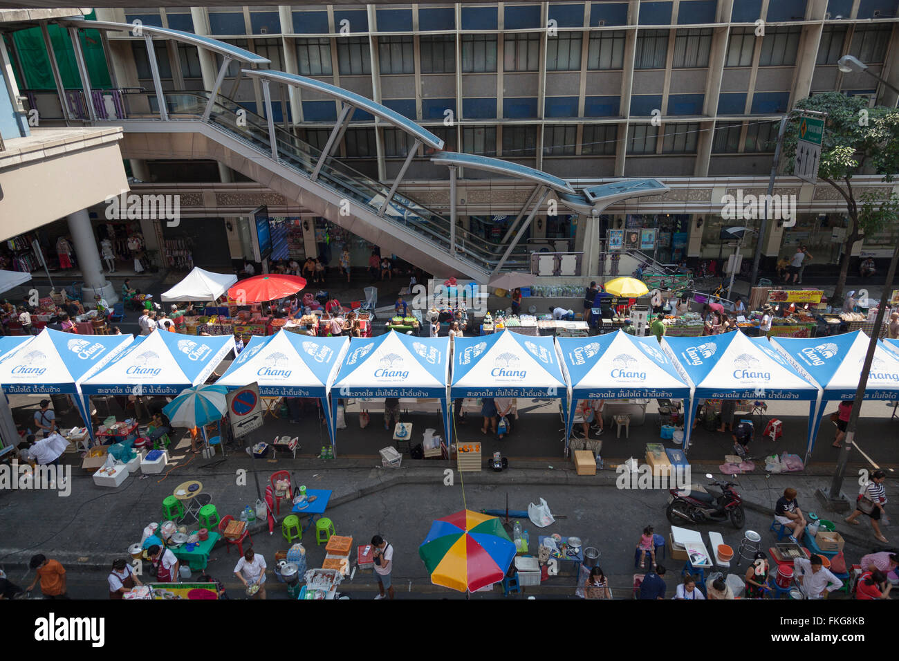 On Sunday the Sala Daeng street (Bangkok) overrun with food stalls. Sala Daeng envahie le Dimanche par des stands - Stock Image