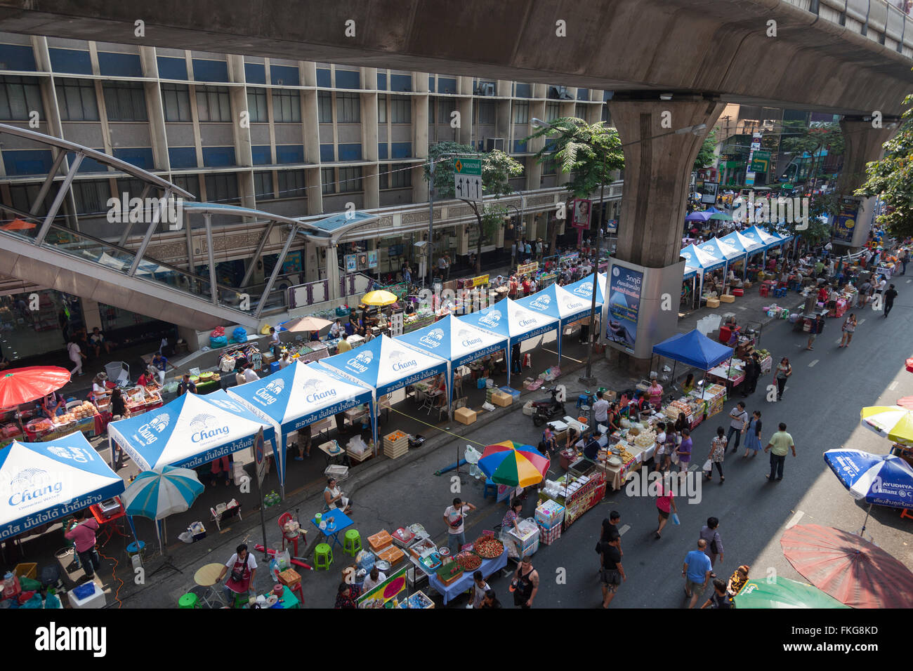 On Sunday, the Sala Daeng walking street (Bangkok) overrun with food stalls. Sala Daeng, voie publique piétonne - Stock Image