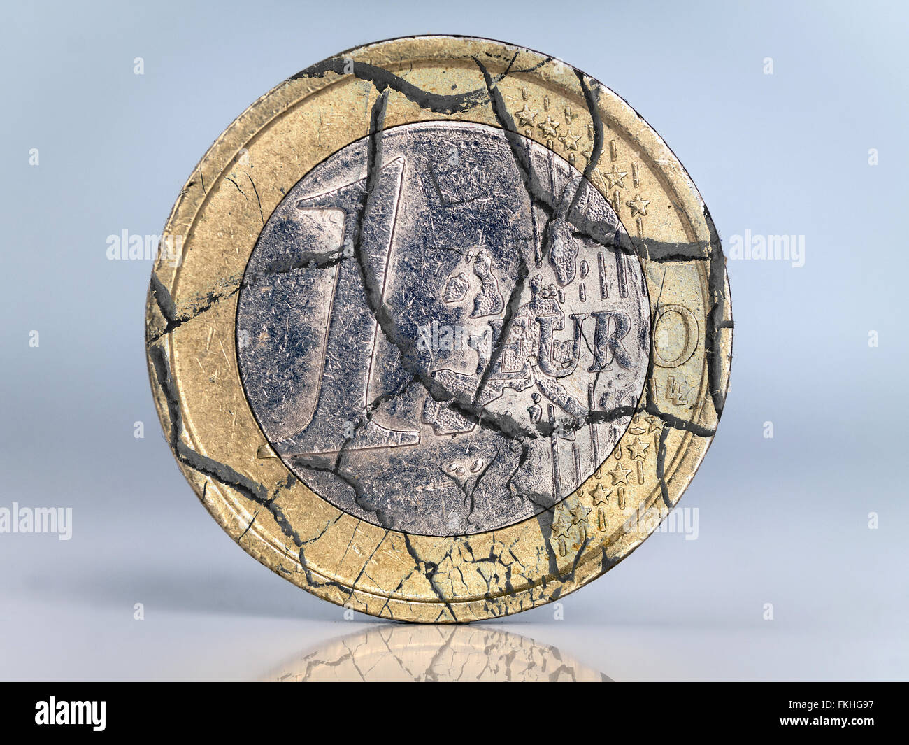 One euro coin cracked as metaphor of euro currency collapse - Stock Image