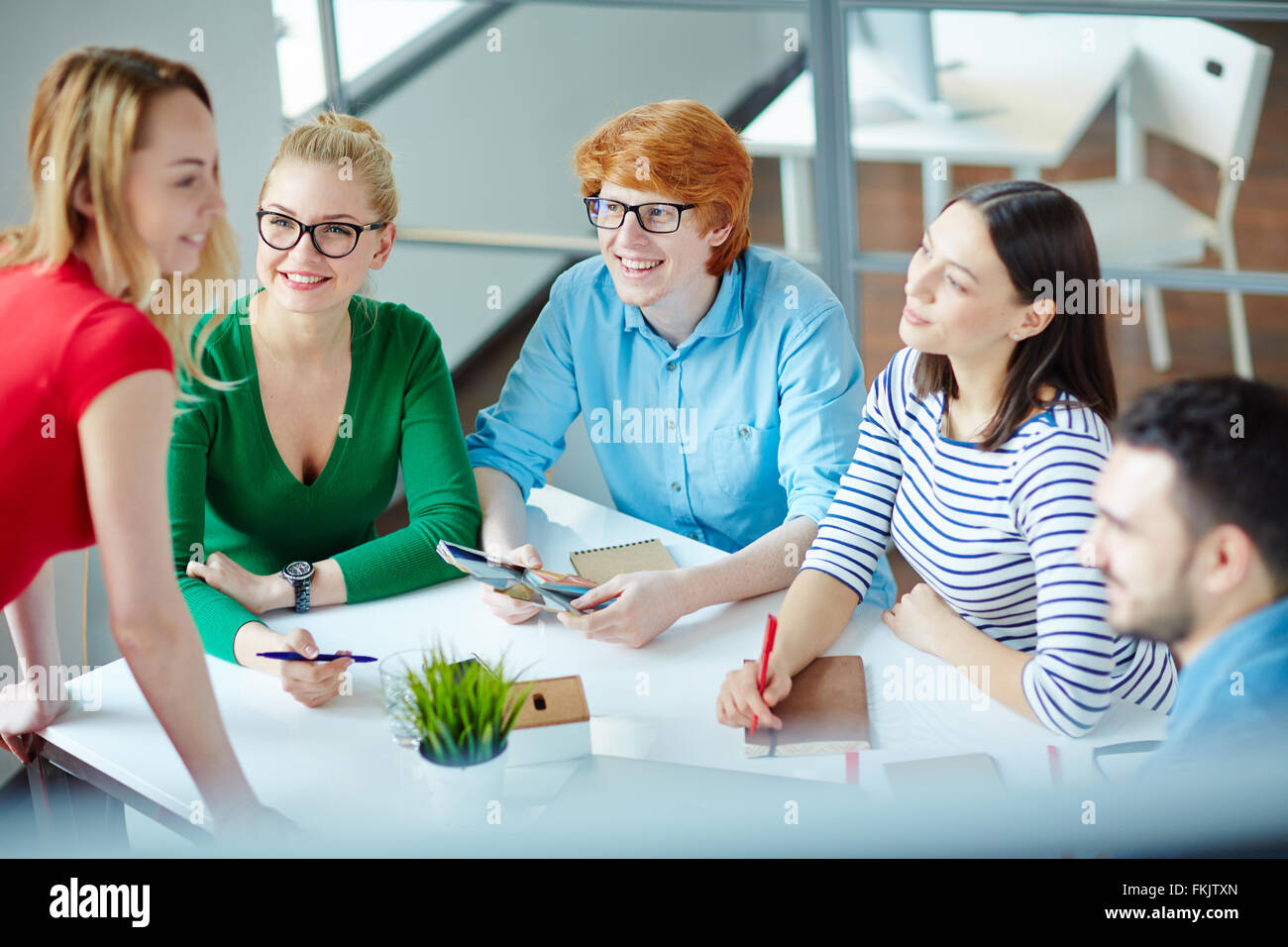 Casual people discussing something in a meeting - Stock Image