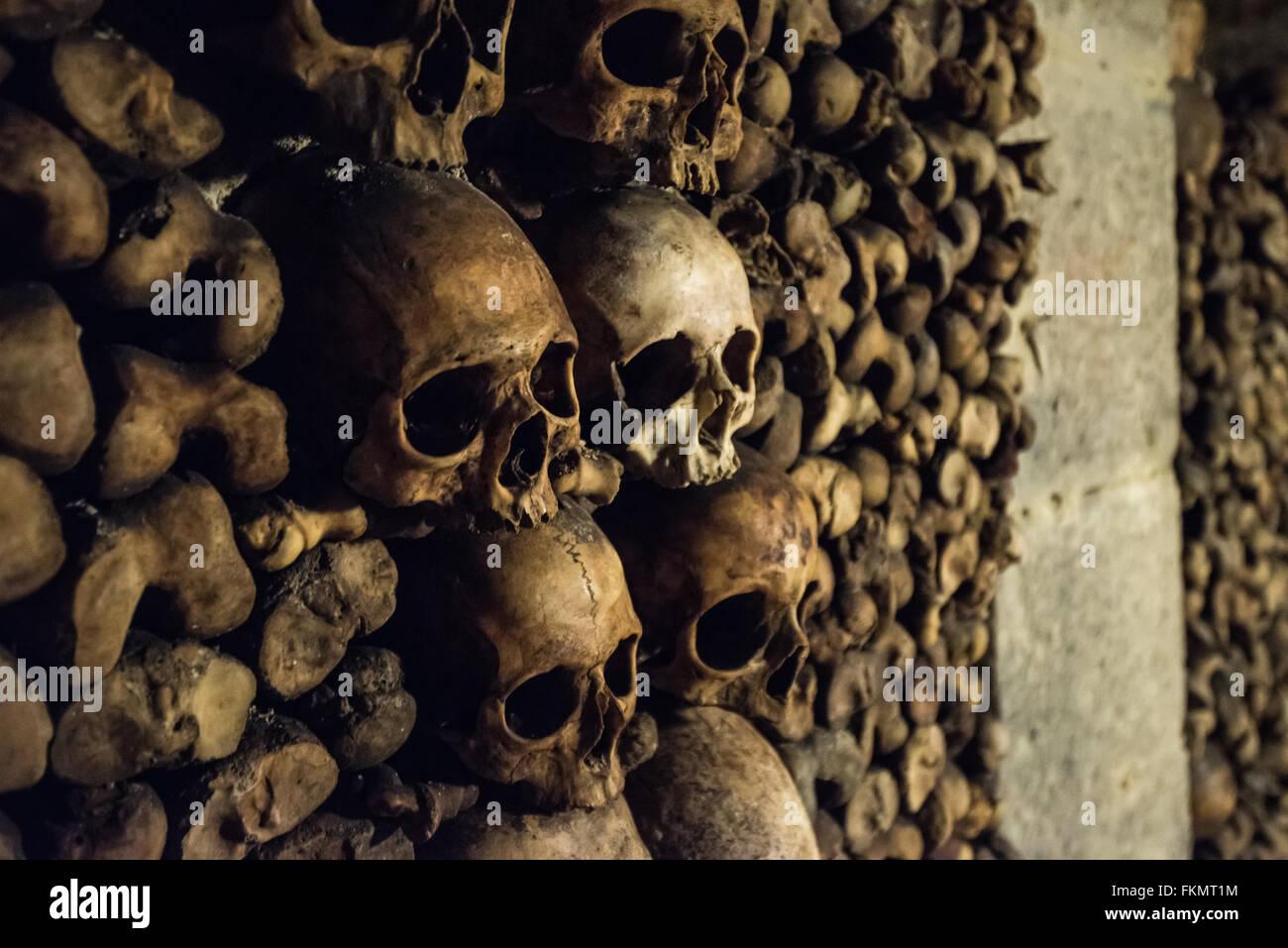 Skulls and bones in Paris Catacombs - Stock Image