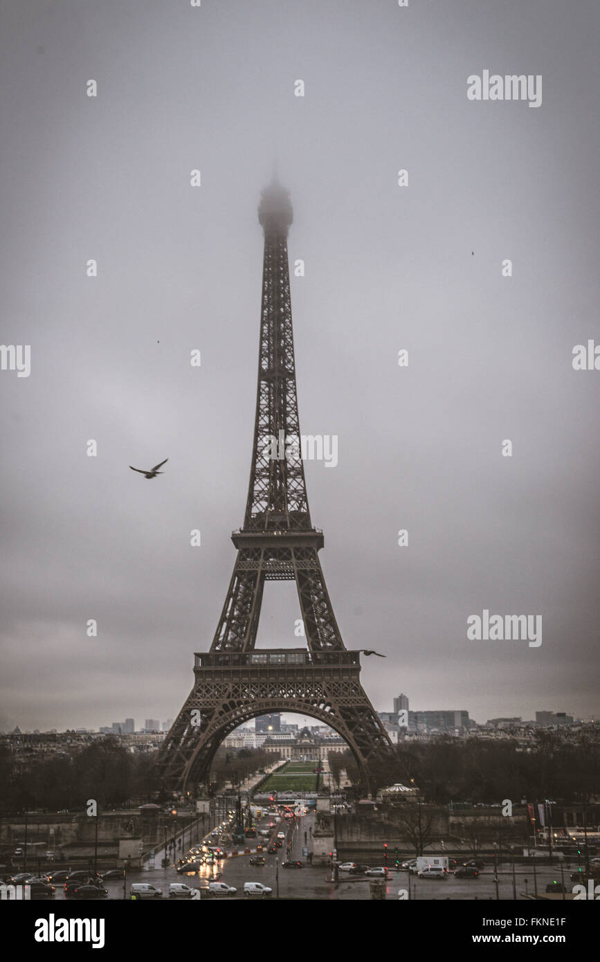 The great Eiffel Tower during foggy winter time - Stock Image