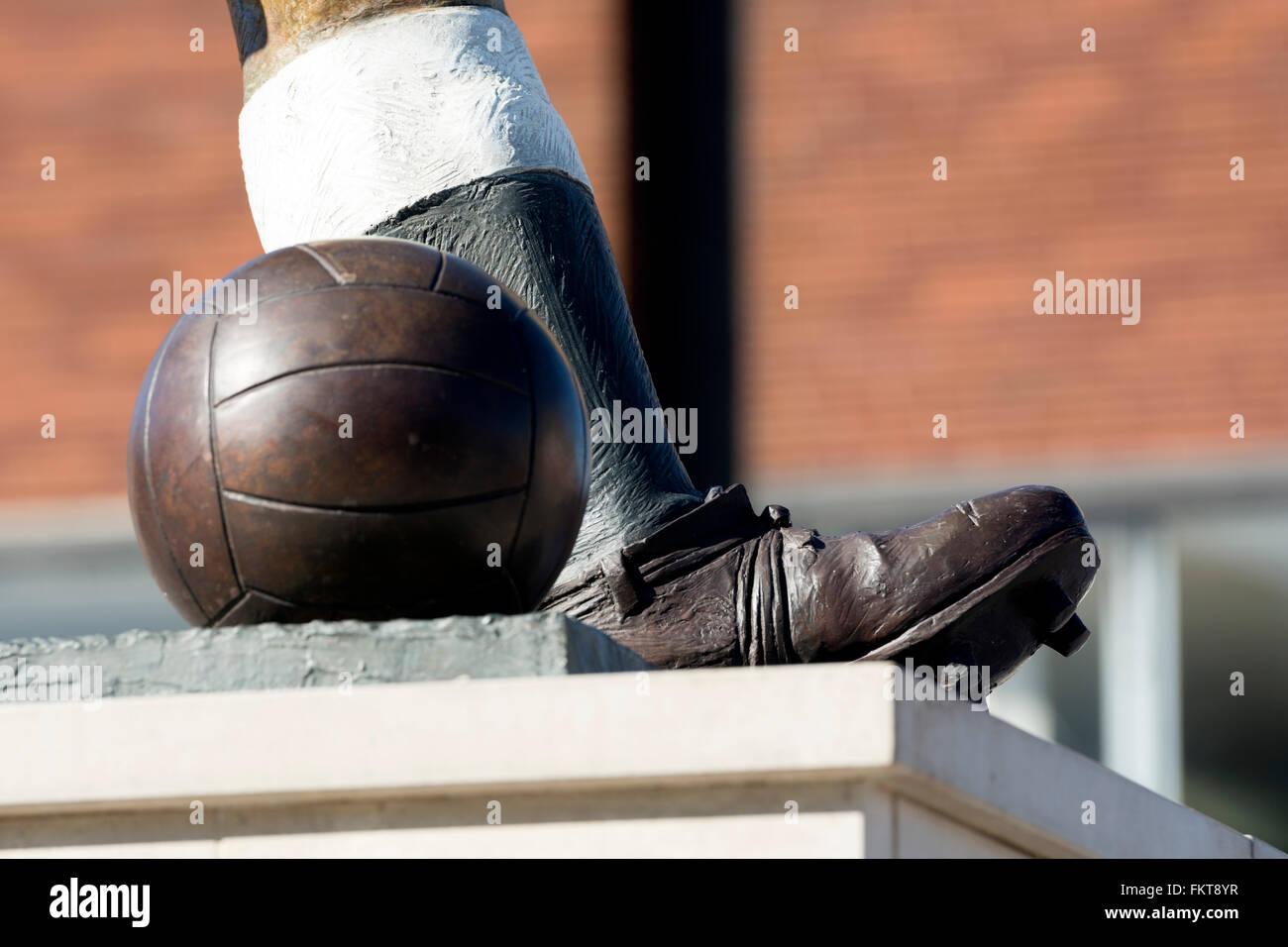 Duncan Edwards statue detail, Dudley town centre, West Midlands, England, UK - Stock Image