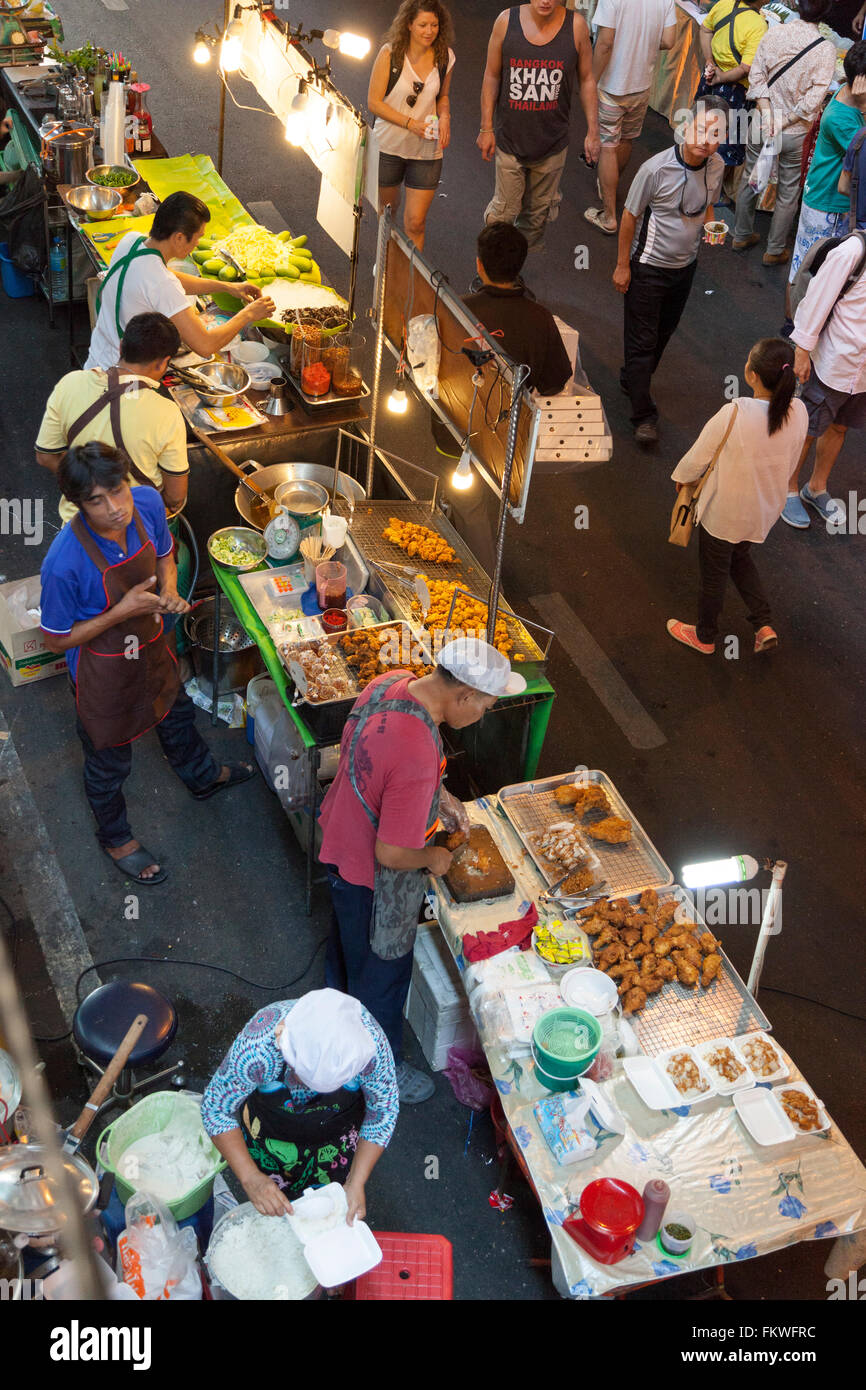 On Sunday, Bangkok street cooking at Sala Daeng (Thailand). The slightest patch of pavement is taken up by food - Stock Image