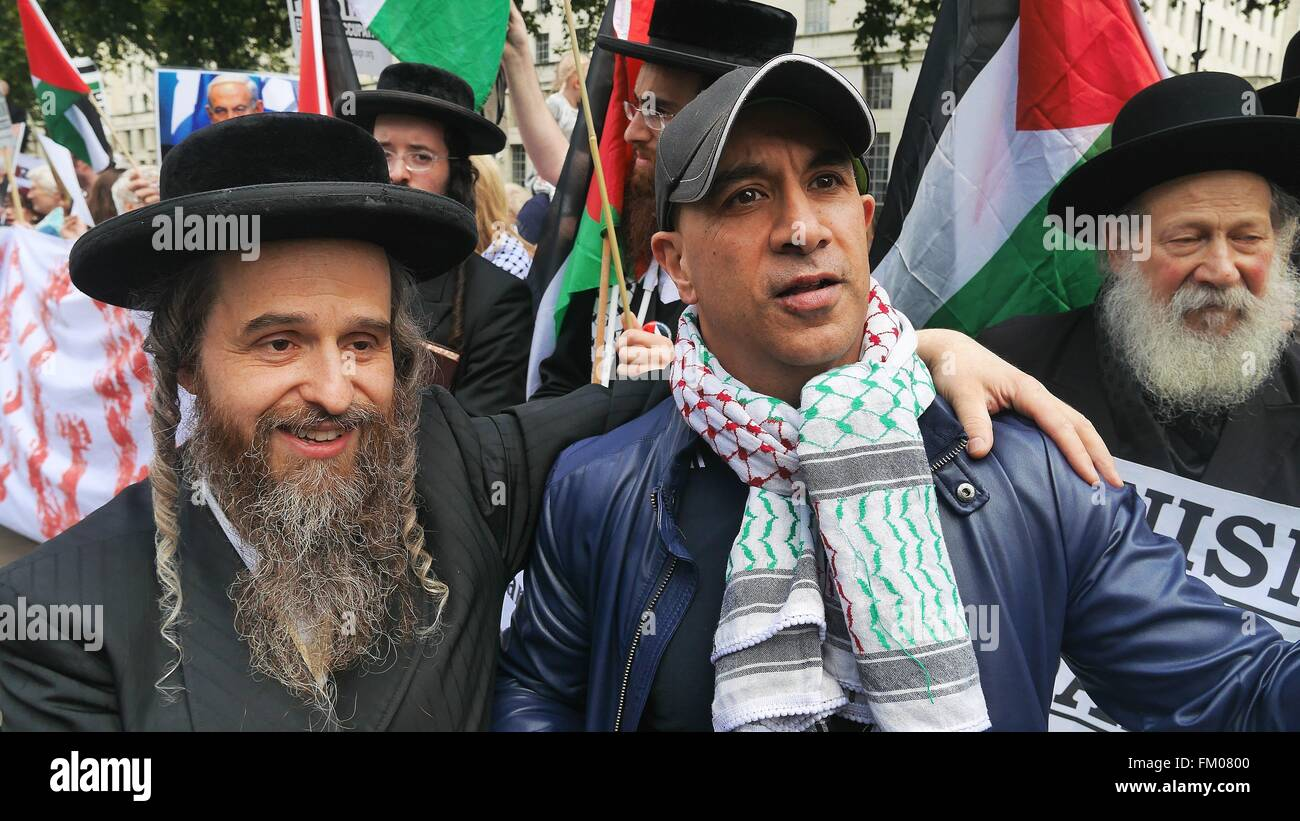 An anti-Zionist orthodox Jew and a Palestinian pose for a photo during a demonstration outside 10 Downing St,London - Stock Image