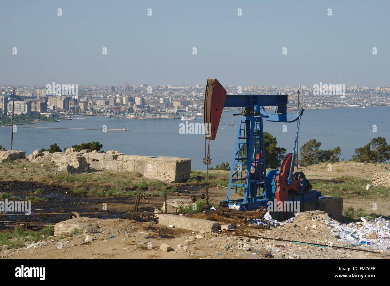 Petroleum pump in front of the city of Baku and the Caspian Sea, Azerbaijan - Stock Image