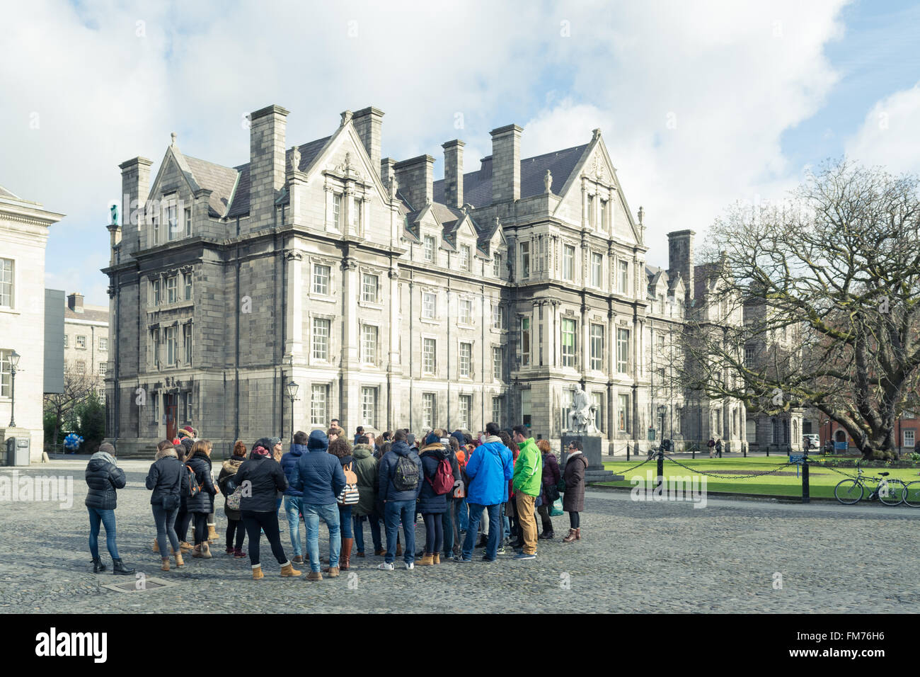 Tour group at Trinity College Dublin campus - Stock Image