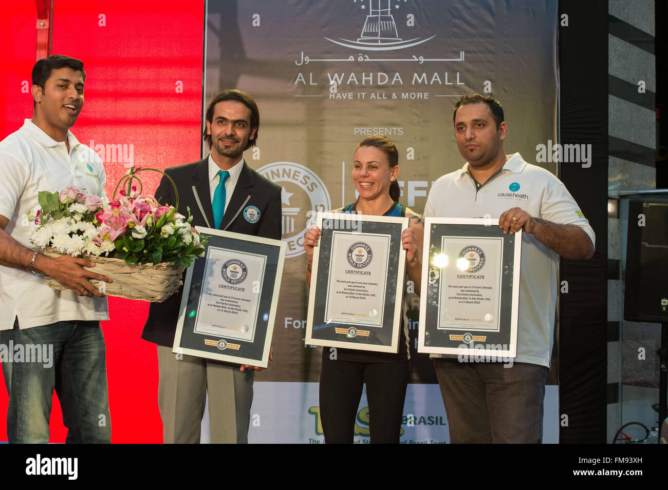 Al Wahda Mall, 11th March, 2016. Eva Clarke and the Guinness World Records official after having completed 3737 - Stock Image