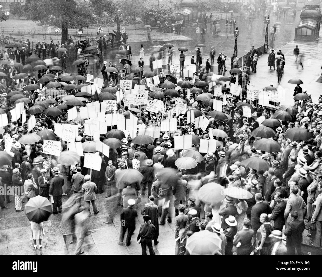 Great Depression, USA. Crowd of depositors gathering outside the Bank of United States after its failure in 1931. - Stock Image