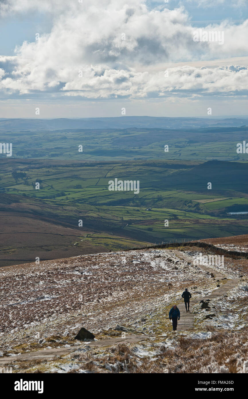 walkers on 3 peaks trail in winter snow in yorkshire dales - Stock Image