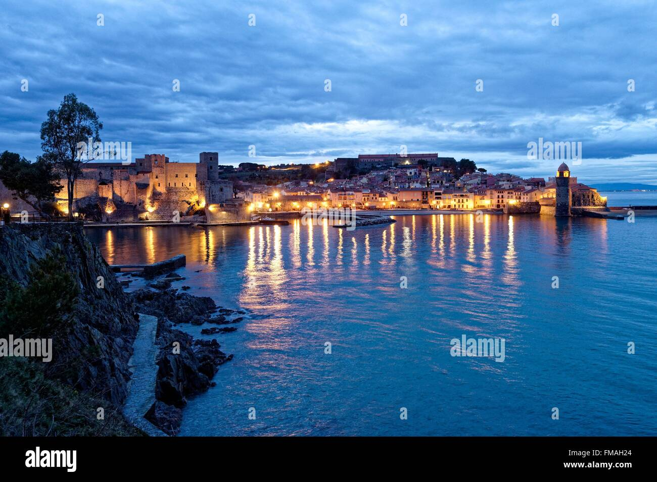 France, Pyrenees Orientales, Collioure, church of Notre Dame des Anges, the Royal castle dated XIIIth century - Stock Image
