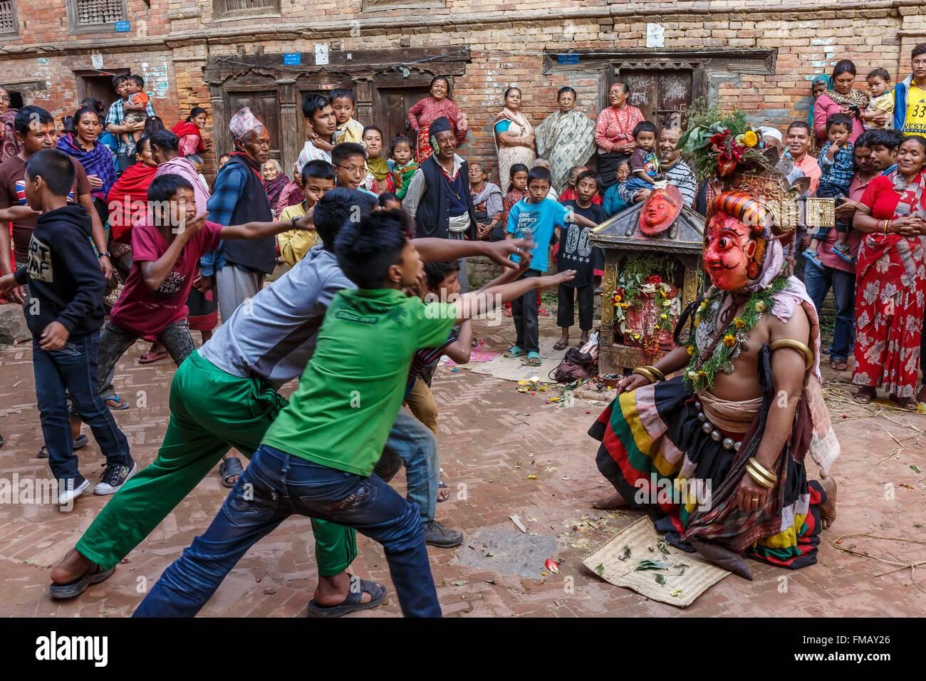 Nepal, Bagmati zone, Bhaktapur, kids and a street actor - Stock Image