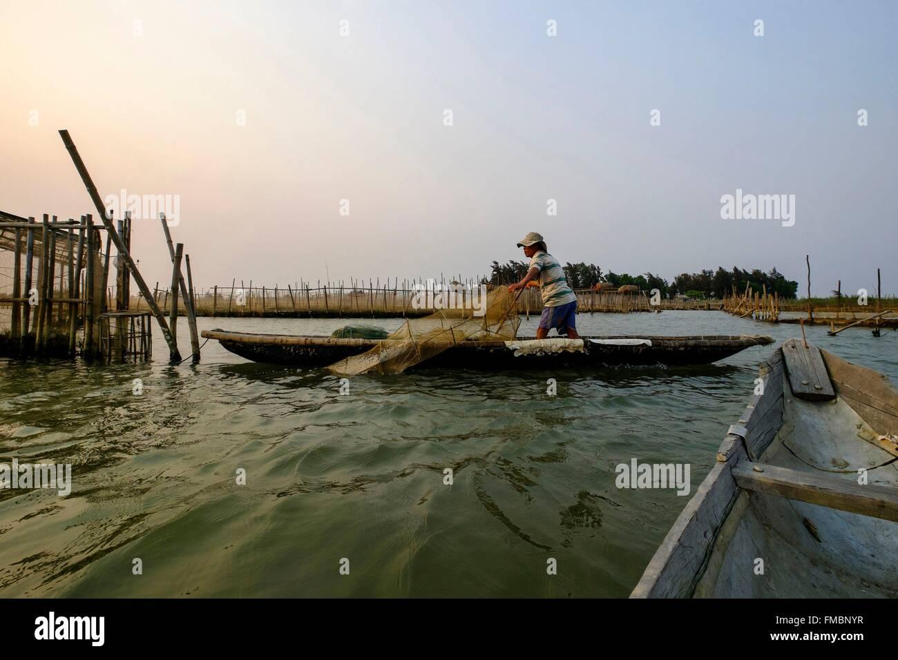 Vietnam, Thua Thien Hue province, Hue, Tam Gaing lagoon, fisherman setting his nets - Stock Image