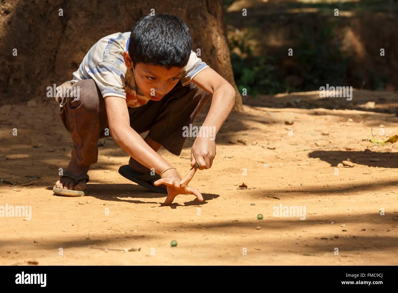 Nepal, Bagmati zone, Nuwakot, kid playing marbles - Stock Image