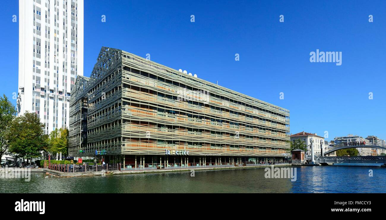 France, Paris, the biggest youth hostel of Europe by architects Chaix and Morel and drawbridge over Canal de l'Ourcq - Stock Image