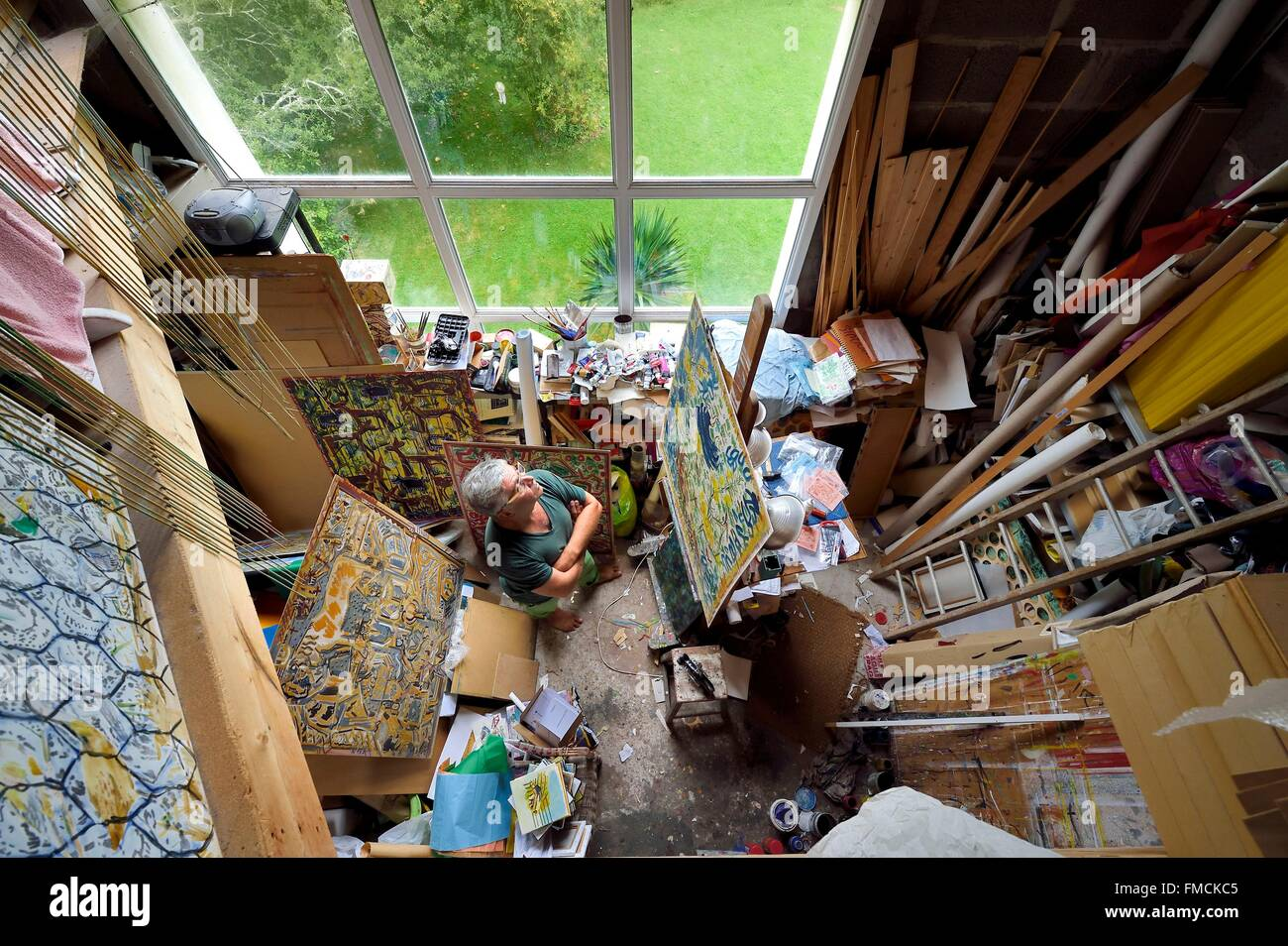 France, Finistere, Lannilis, Prat Ar Coum, the artist Loic Madec in his workshop - Stock Image