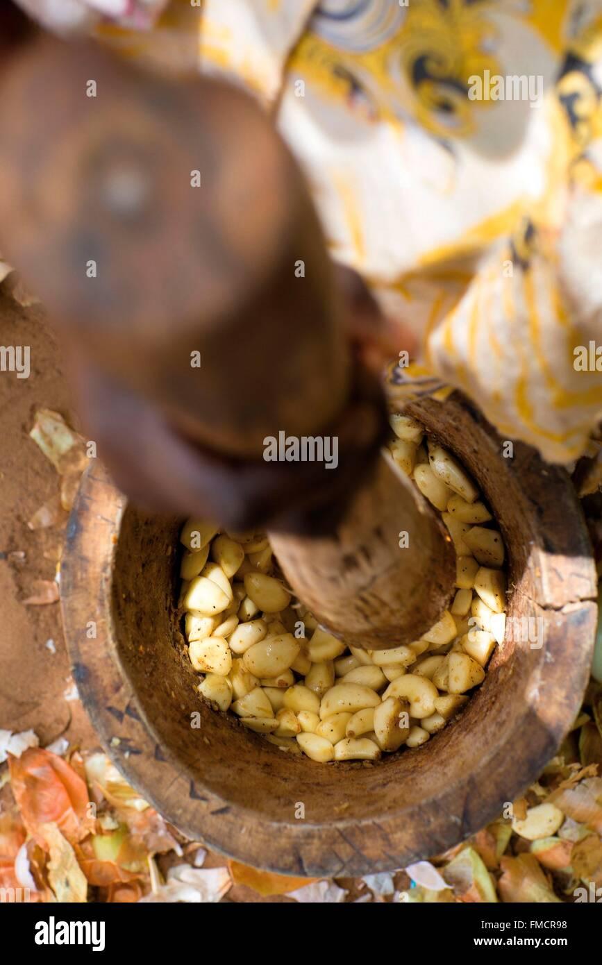 Senegal, Sahel, Ferlo region, Widou Thiengoly, Shelling seeds - Stock Image