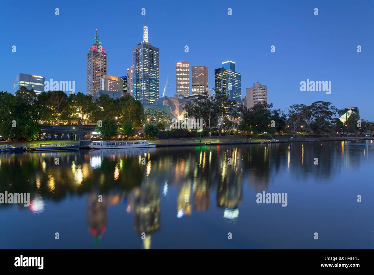 Skyline along Yarra River at dusk, Melbourne, Victoria, Australia - Stock Image