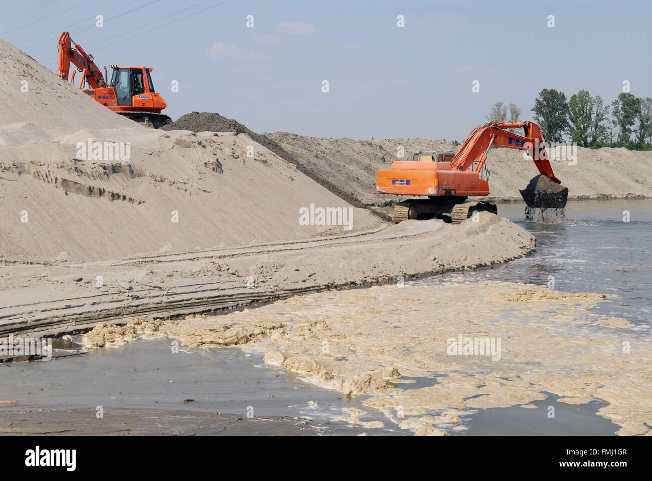 Italy, exceptional low water of the Po river at  Boretto (Parma), works to deepen the river bed Stock Photo