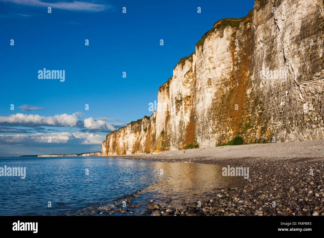Chalk cliffs on the coast near Saint-Valery-en-Caux, Département Seine-Maritime, Normandy, France - Stock Image