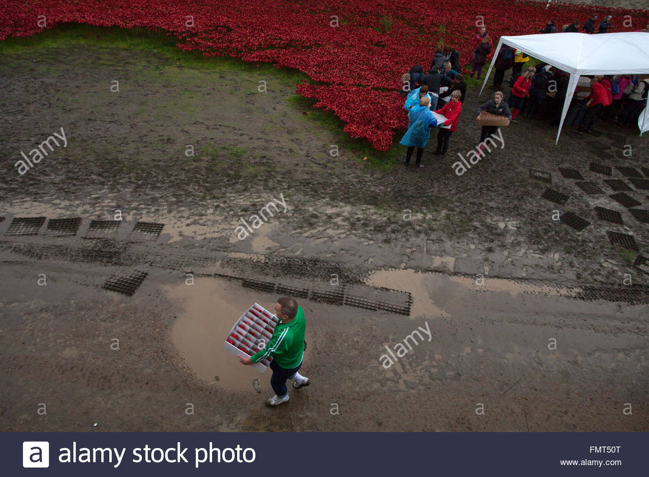 Some of 8.000 volunteers dismantling the Blood Swept Lands and Seas of Red exhibit, Tower of London, UK © Linda - Stock Image