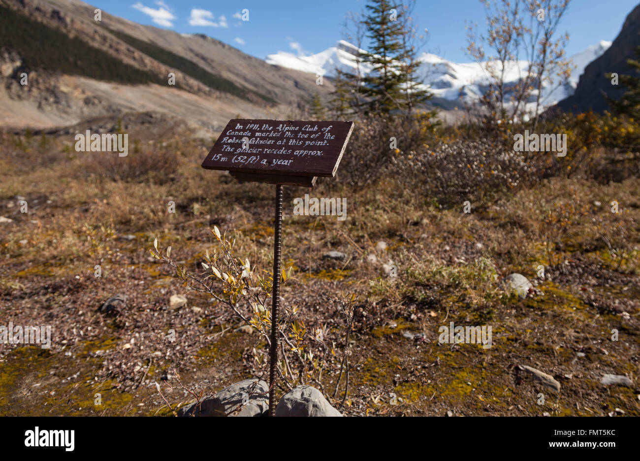 A sign at Berg Lake, explaining the rate at which the Mount Robson glacier is melting, Mount Robson Provincial Park, - Stock Image