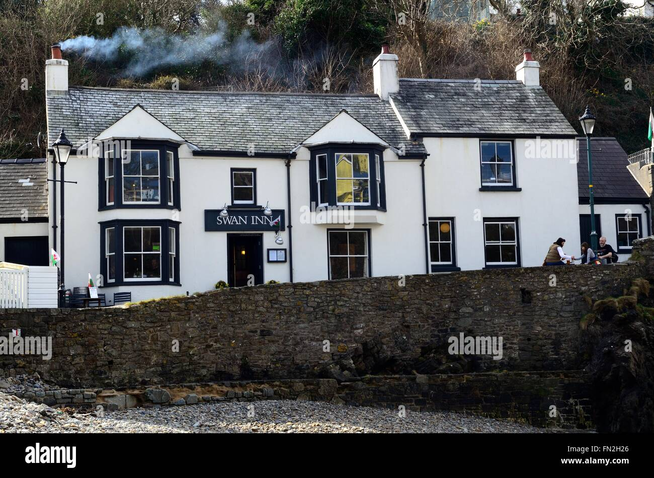 Swan Inn overlooking the beach at Little haven Pembrokeshire Coast National                                     - Stock Image