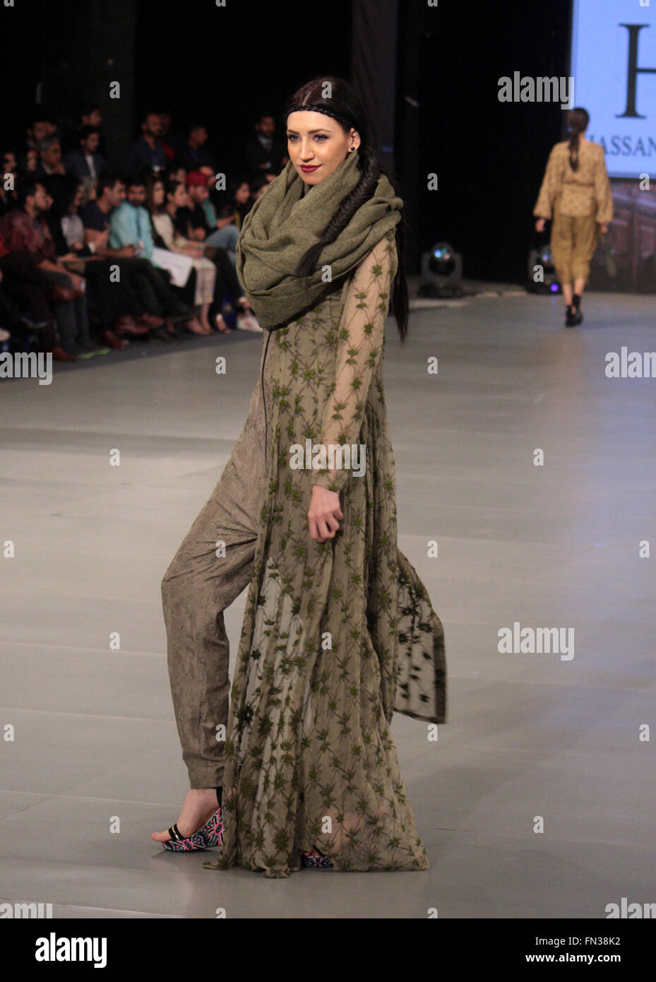 Lahore 13th Mar 2016 A Model Presents A Creation By Designer Stock Photo Alamy