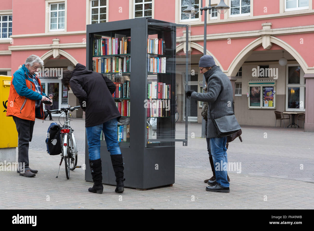 Members of the public peruse a street library in Gütersloh, NRW, Germany - Stock Image