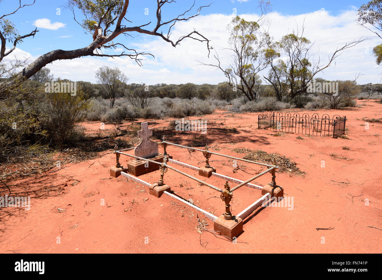 Lonely Outback pioneers' graves at Menzies Cemetery, Shire of Menzies, Western Australia, Australia - Stock Image