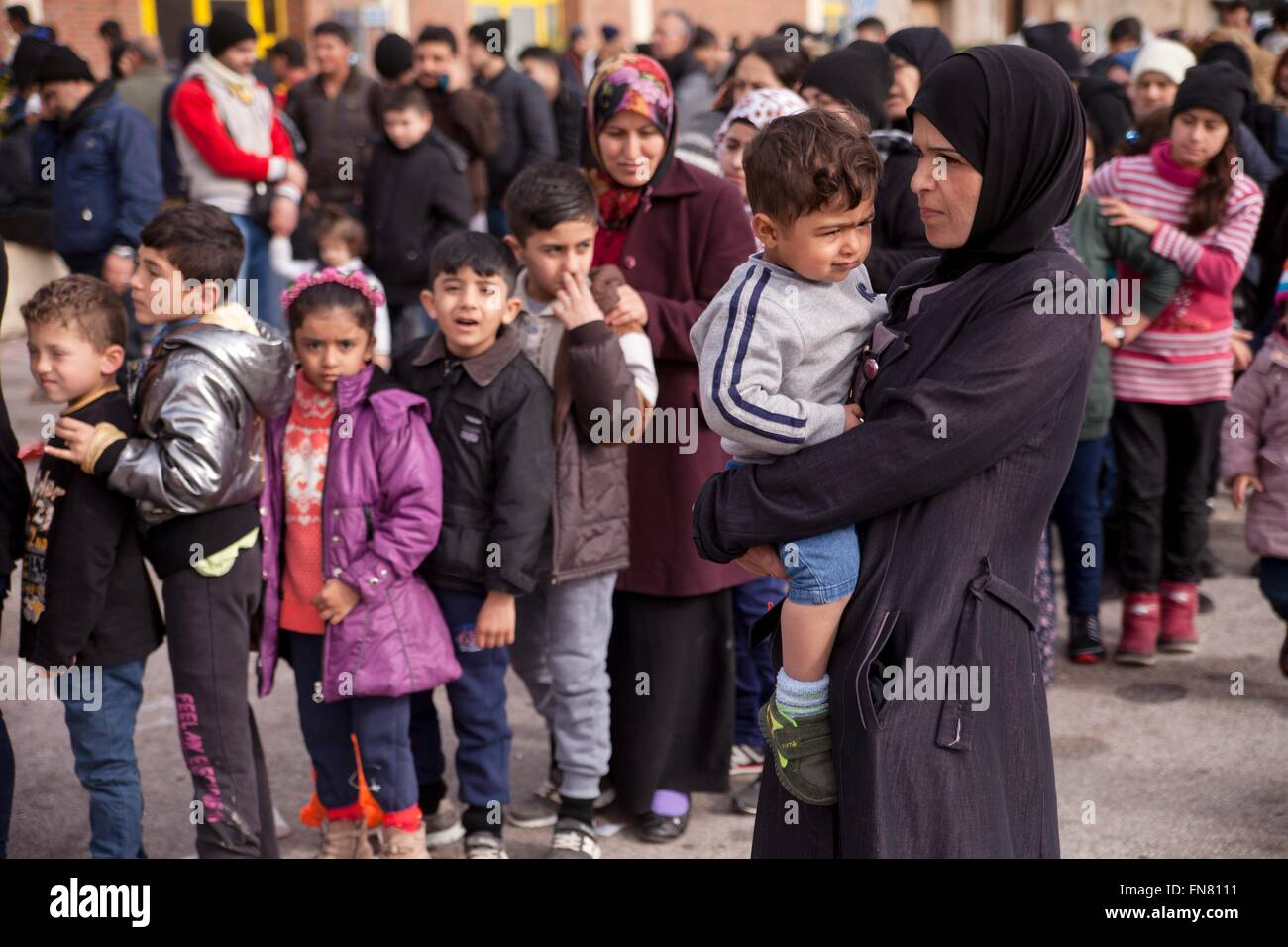 Refugee mother with child at habour of Piraeus. For more than six months hundreds of refugees reach daily Greek - Stock Image