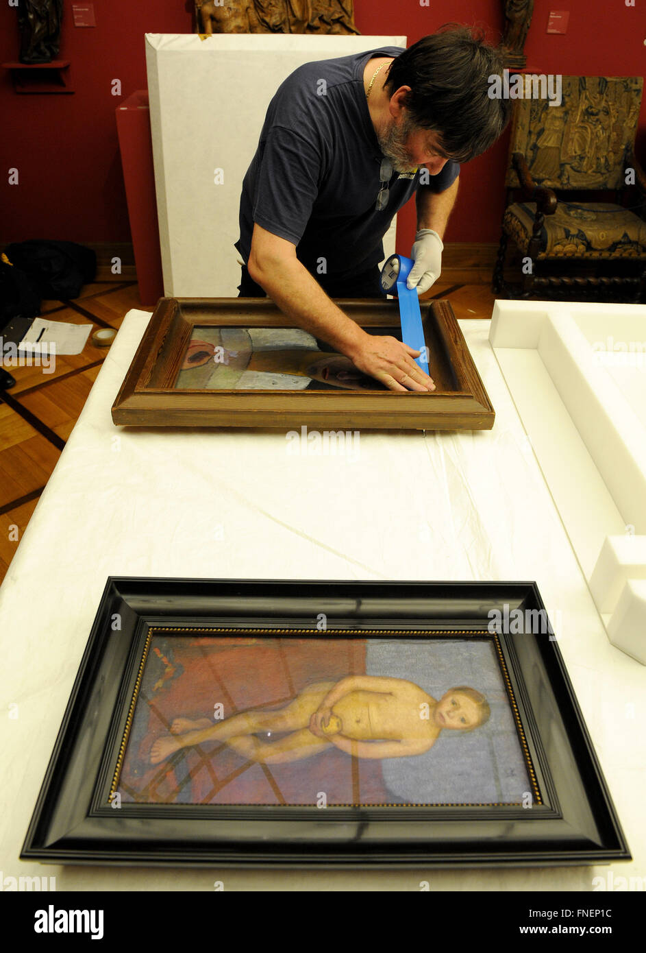 Bremen, Germany. 14th Mar, 2016. Specialists for art tranports packing in paintings by Paula Modersohn-Becker at - Stock Image