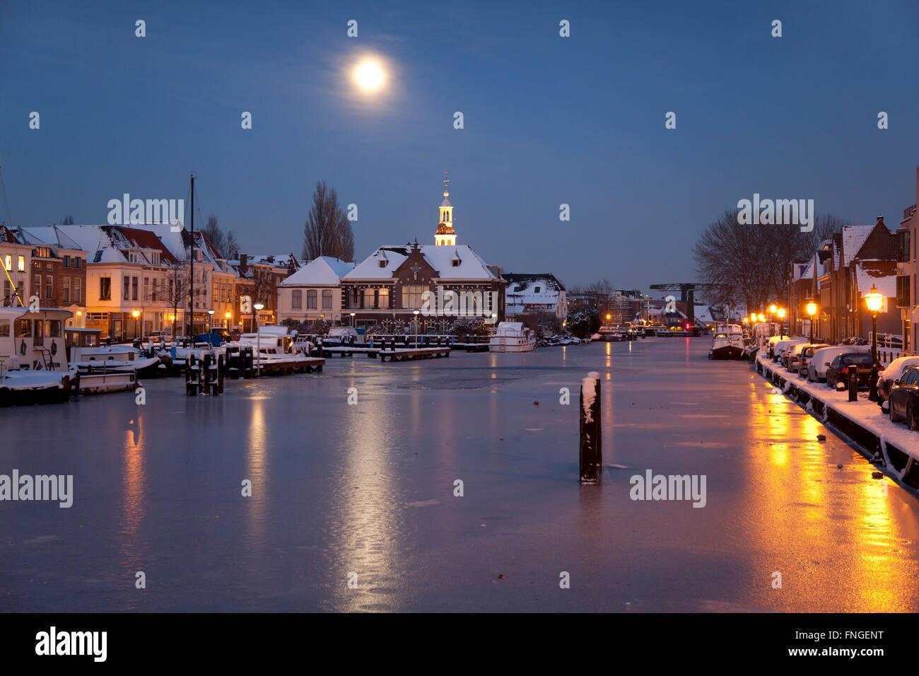 Harbour in moonlight in the city of Leiden in winter - Stock Image